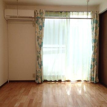 こちらはリビング、2面採光です ※写真は別部屋です