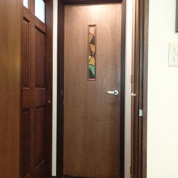 リビングから玄関方向。右が水回りへ、左は入り口の引き戸です ※写真は別部屋です