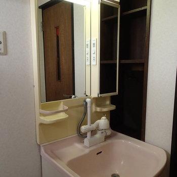 ちょっぴりレトロな洗面台 ※写真は別部屋です