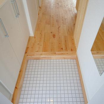 玄関は白のタイルを※写真はイメージ