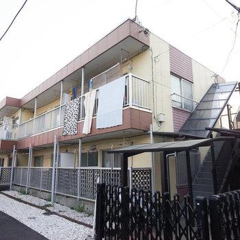 ツートンカラーの2階建てアパート