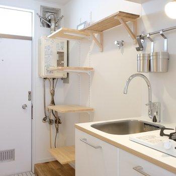 キッチン廊下は棚がいっぱいなので、収納も安心◎