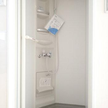 シャワールームはコンパクト。※写真は別部屋です。