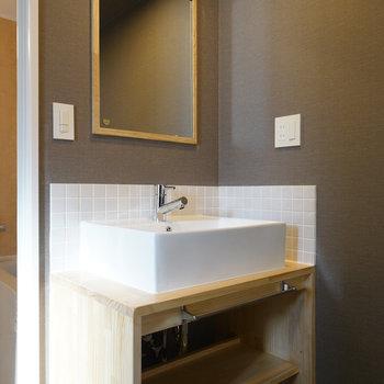 イメージ】洗面台の鏡はこちらの木枠のミラーになります! ※シンクの部分は現状のままです。