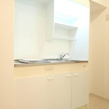 キッチンも白い!(※写真は2階の同間取り別部屋のものです)