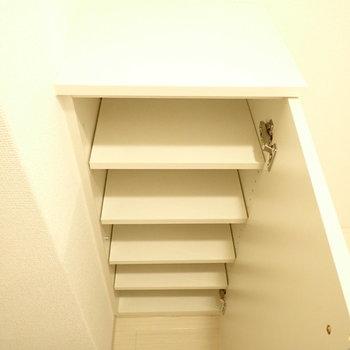 シューズボックスは少し小さめ。(※写真は2階の同間取り別部屋のものです)