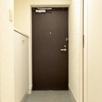 玄関はちょっと斜めに。(※写真は7階の同間取り別部屋のものです)