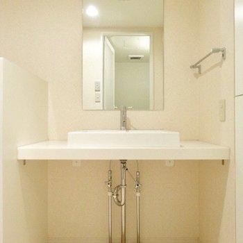 お洒落な洗面台。(※写真は7階の同間取り別部屋のものです)