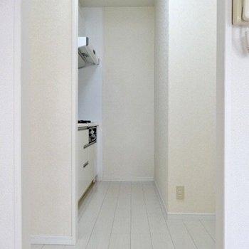 キッチンは冷蔵庫やラックを置くスペースがあります。(※写真は7階の同間取り別部屋のものです)