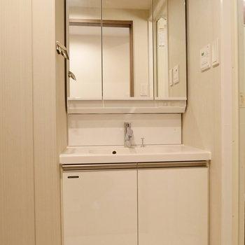 脱衣所。ここに独立洗面台。