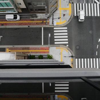 見下ろすと、大通りの交差点。