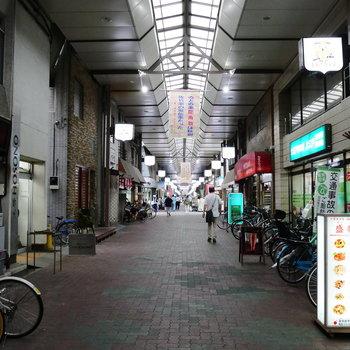 駅前に、レトロな商店街。
