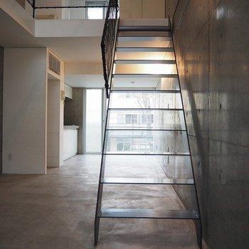 階段のデザインもいい!※写真は別部屋