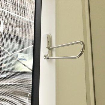 ベランダはありませんが窓際に竿受けが付いています。