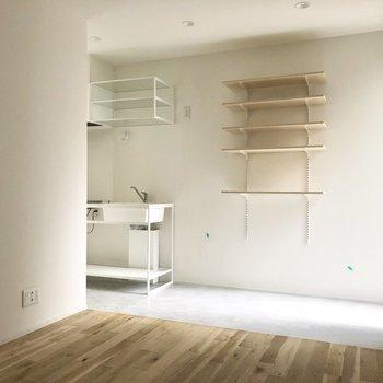 ベッドを手前側において、さらに小さめのソファー、ローテーブルも置けそうです。