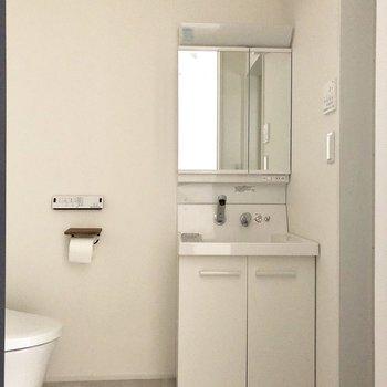 朝の準備にはこの独立洗面台が便利です。※写真は通電前のものです
