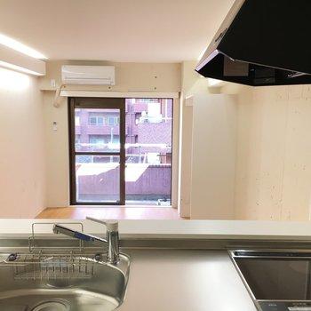 キッチンからお部屋の眺め。キッチンはお部屋より1段高くなっています。