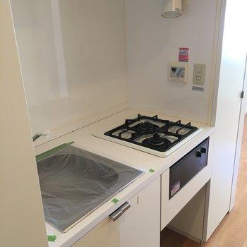 キッチンはコンパクト。調理スペースはありません。