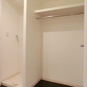 廊下に洗濯置き場と収納スペースがございます (※写真は8階の同間取り別部屋のものです)