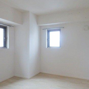 洋室も2面採光。 ※写真は別部屋