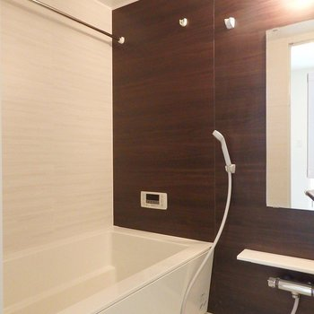 お風呂は追い炊き・乾燥機付き。 ※写真は別部屋