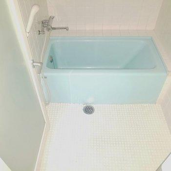 水色の浴槽が可愛い。※フラッシュ撮影しています。