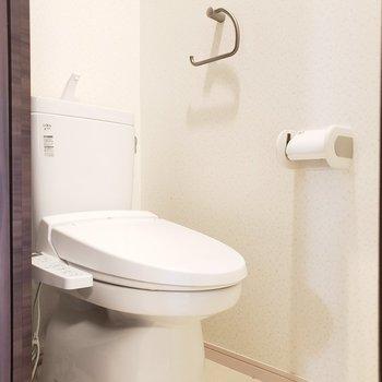 シンプルなトイレ。ウォシュレットもありますよ!(※写真は5階の反転間取り別部屋のものです)