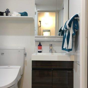 独立洗面台もドアとおそろいのダークブラウン。