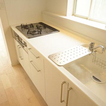 キッチンは3口ガスとグリル付きの贅沢仕様◎