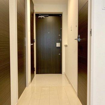 玄関の照明は人感センサー付き。(※写真は清掃前のものです)