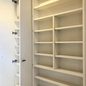 キッチンうしろの便利棚。
