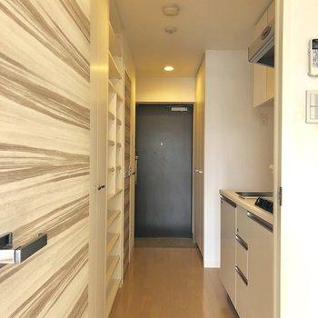 キッチンは居室とドアで区切られています。