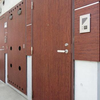 赤茶色の玄関扉