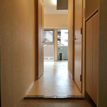 玄関入って右に靴箱(※写真は5階の同間取り別部屋のものです)