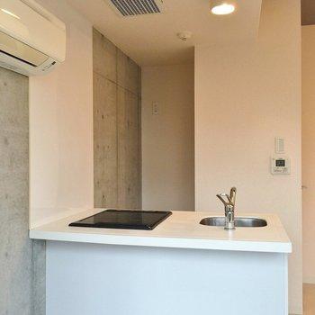 キッチン裏に冷蔵庫置場(※写真は5階の同間取り別部屋のものです)