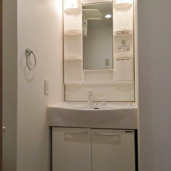 脱衣所には洗面台あり(※写真は5階の同間取り別部屋のものです)