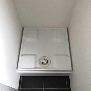 洗濯機は玄関入って右手にあります