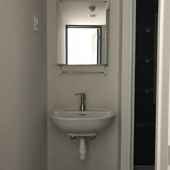 洗面台は小さめ※取材時照明がつかなかったため写真が暗くなっています。