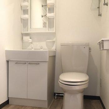 洗面は大きめで使いやすく。お隣にはトイレが。お掃除が楽ちんかも。