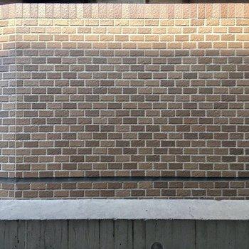 眺望は壁。お隣さんです