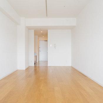 【1018号室】約34㎡のフローリングの空間。
