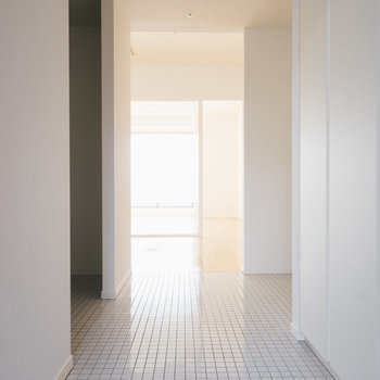 【1317号室】玄関も白タイル