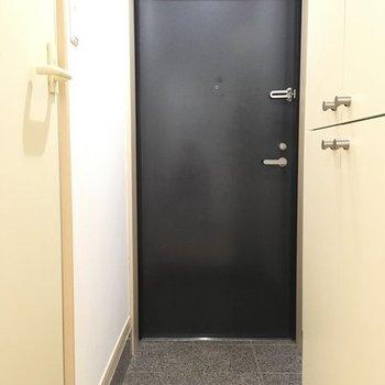 玄関はゆとり有り。※写真は1階の同間取り別部屋のものです。