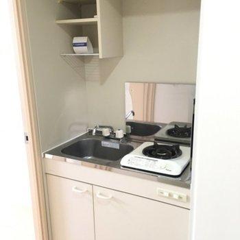 キッチンは小さめ。※写真は1階の同間取り別部屋のものです。