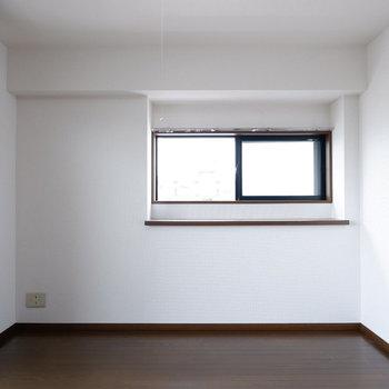 腰窓のところに棚が!
