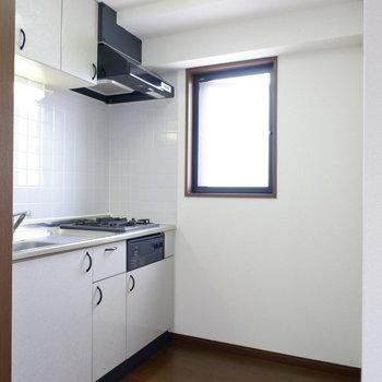 キッチンに窓あって開放的に楽しく料理できますよ!