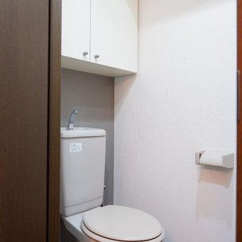 トイレ上に収納が付いてます。
