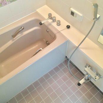 浴槽も大きいです。モチロン追い焚き付きよ!