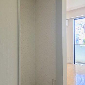 こんなスペースがキッチンの背面に!掃除機とか置くのにいいかもっ