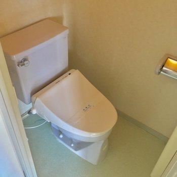 トイレもウォシュレット付き、しっかり個室です